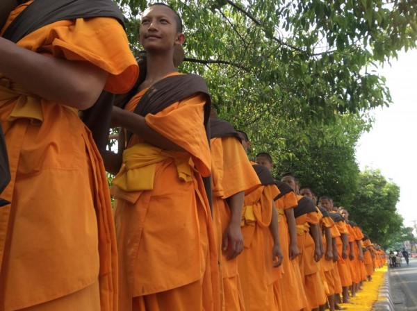 500 Dhutanga monks come to offer reverence to the Buddha's relics